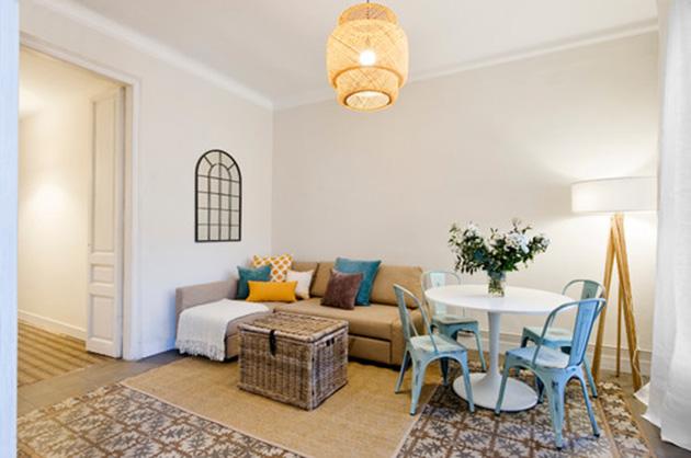 Modern, kum rengi bir oturma odası