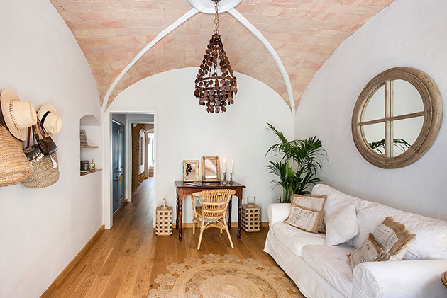 Tonozlu tavanlara sahip küçük bir oturma odası