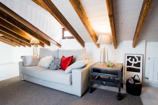 Eğimli tavanlara sahip küçük bir oda