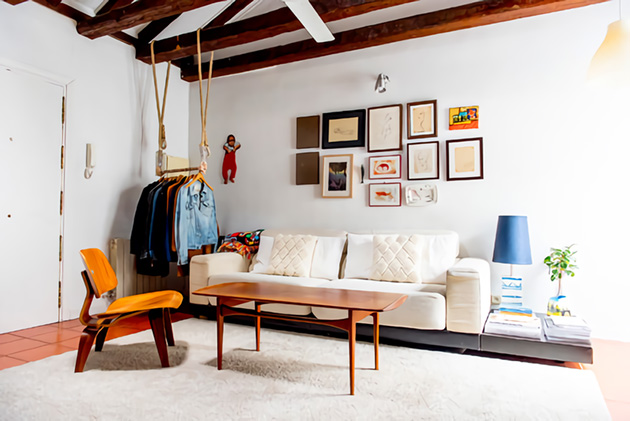 Çıplak ahşap kirişlere sahip küçük bir oturma odası