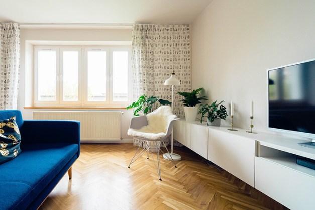 Mavi kanepe ile kum rengi bir oturma odası