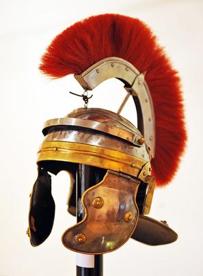 Casco romano con coda di cavallo capelli