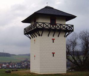 Obergermanischer Limes: rekonstruierter Wachturm im Taunus