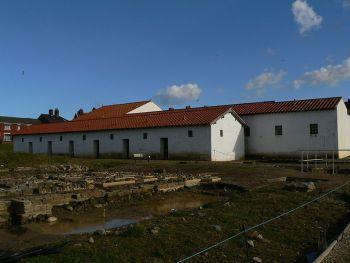Rekonstruierte Gebäude des römischen Lagers Arbeia in England (Kommandantenhaus und Kaserne)