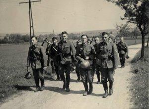 Kleine Infanteriegruppe auf dem Marsch