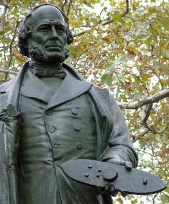 Statua di John Ericsson a Battery Park, New York City. In mano tiene in mano un modello del monitor