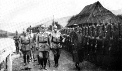 Erzherzog Karl und Generalfeldmarschall Mackensen besichtigen die Jägertruppe des Alpen-Korps