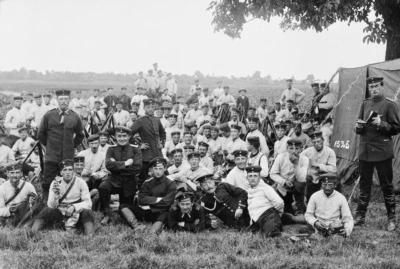 Soldaten des Regiments Nr. 138 (später Teil der 42. Division) bei einer Rast während des Manövers 1899