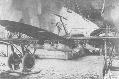 Attacher des bombes à un gros avion allemand