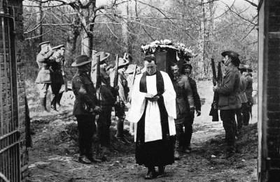 Sepoltura di Richthofen a Bertangles da parte di ufficiali britannici