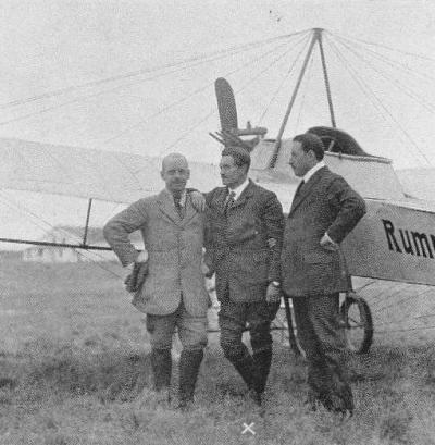 Hellmuth Hirth (au centre) et Edmund Rumpler (à droite) devant un Rumpler Taube