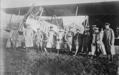 在西部战线上的信天翁C.I前面的德国飞行员