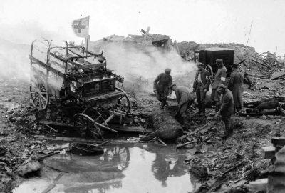 Один расстрелянный артиллерией немецкий санитарный транспорт с мертвыми лошадями