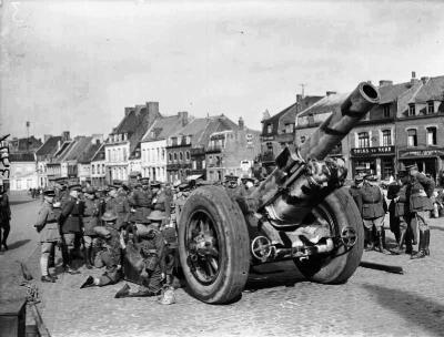 1940年4月23日在法国,BL 8英寸榴弹炮Mk VIII与英国士兵