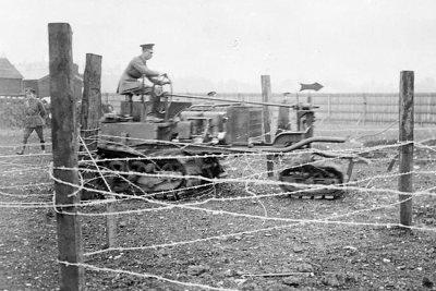 Киллен-Штрайт-Трактор был оснащен 30 июня 1915 портным проволоки сети торпеды Королевских Нафю в конце 2 выдавающихся металлических жердей в Вормвоод Скруббс