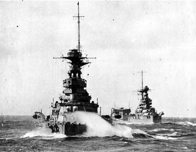 Le HMS Barham avec le HMS Malaya et le porte-avions HMS Argus lors de manœuvres en Méditerranée vers la fin des années 1920