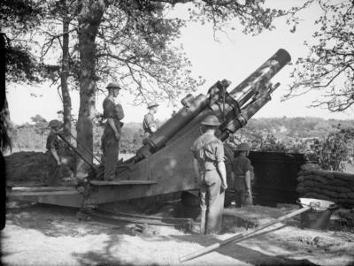 1940年5月,第56重型军团的炮手使用榴弹炮MK 2