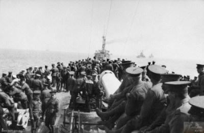Les 11e et 12e bataillons australiens à bord du HMS London pendant la bataille de Gallipoli