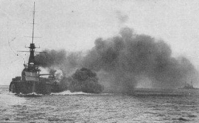 HMS Monarch che spara i cannoni pesanti