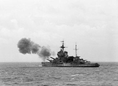 La HMS Warspite durante il bombardamento del muro atlantico tedesco