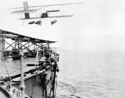 Un idrovolante Shorts S.38 decolla dall'HMS Hibernia sotto la supervisione del comandante C. Samson
