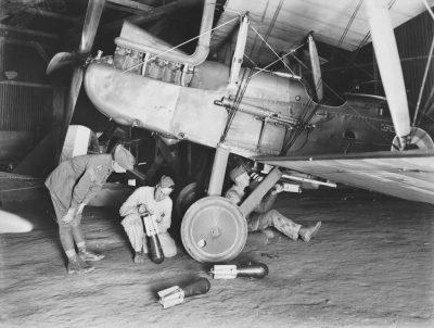Una Royal Aircraft Factory R.E.8 è dotata di bombe