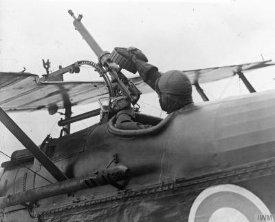 Пилот Королевского Айркрафт Факторю S. E. 5 быть проверенным 7,7 мм Льюиса пулемет