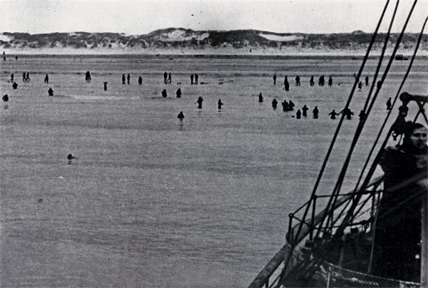 WW2 Dunkirk Allied Troops Wading To Clyde River Steamer May-June 1940