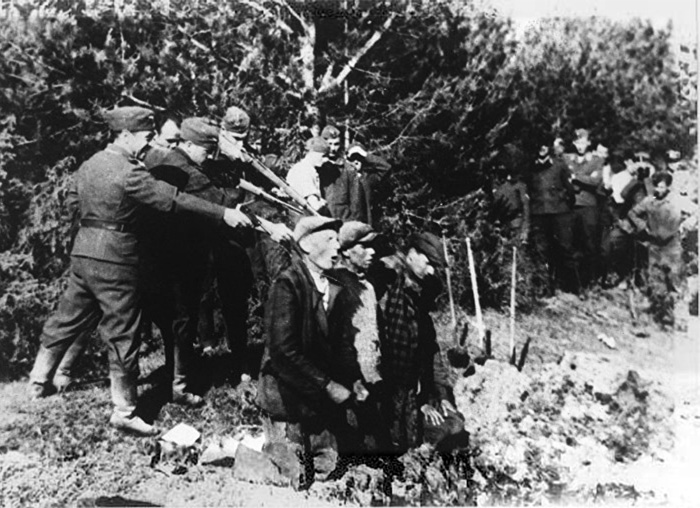 Einsatzgruppen – SS death-squads – in action in Eastern Europe. The image appears to be a snap taken on a personal camera by a unit member. it provides a vivid impression of the work undertaken by Reserve Police Battalion 101.