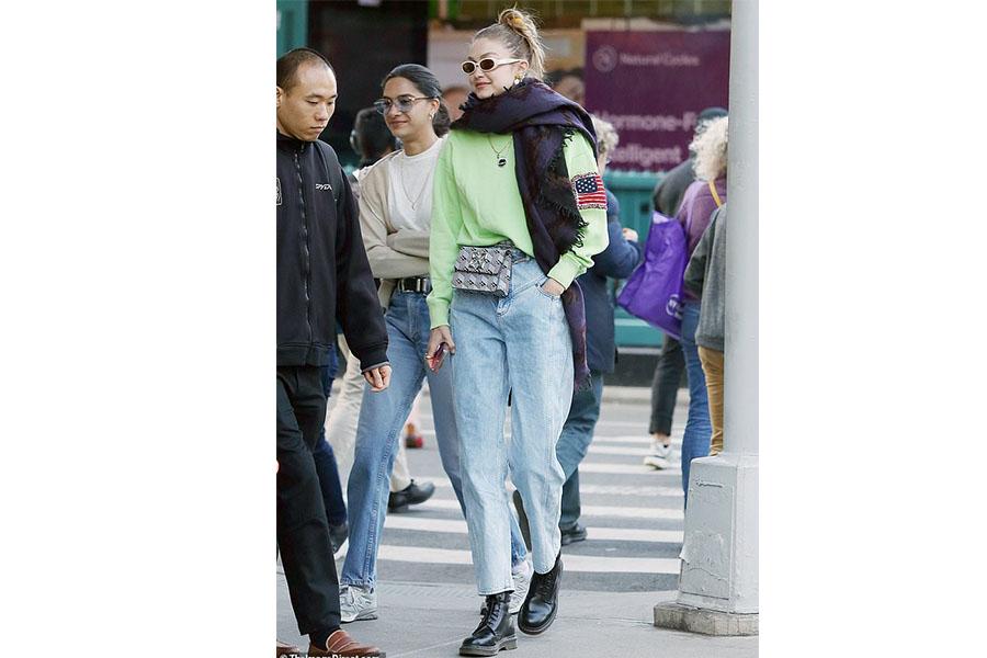 Gigi-Hadid-in-Jitney-bag.