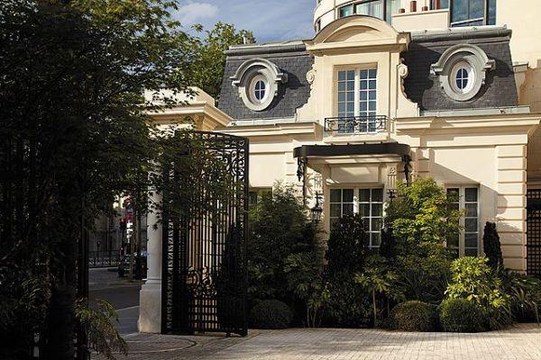 Wedding planner de Mille Mariages pour l'organisation de mariage de prestige et de luxe à l'hôtel Shangri-La Paris, le maître de cérémonie