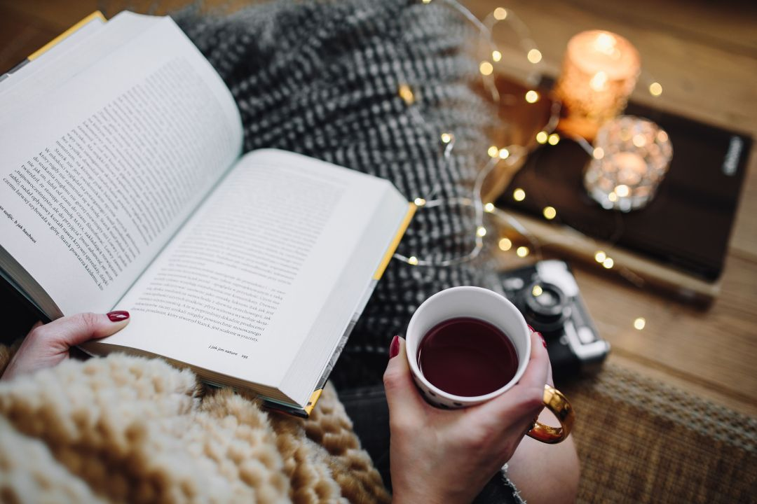 kaboompics_Woman drinking tea and reading book