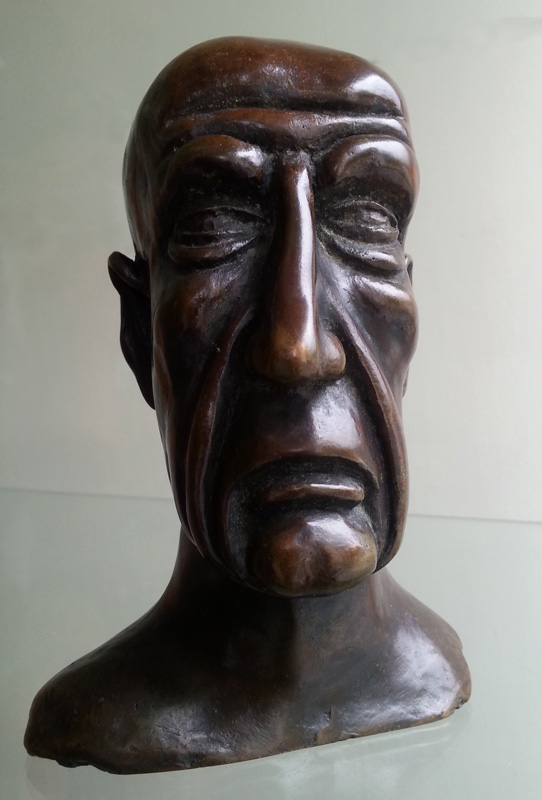 Bronze sculpture, of a character called the technocrat. He is generally an ENA graduate, sure of himself and of the relevance of his decisions.
