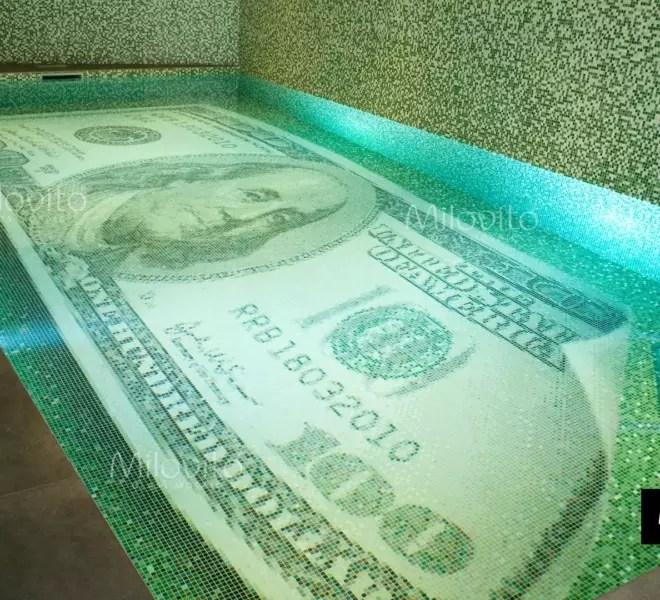 zwembad met 100 dollar biljet van glasmozaïek op de bodem