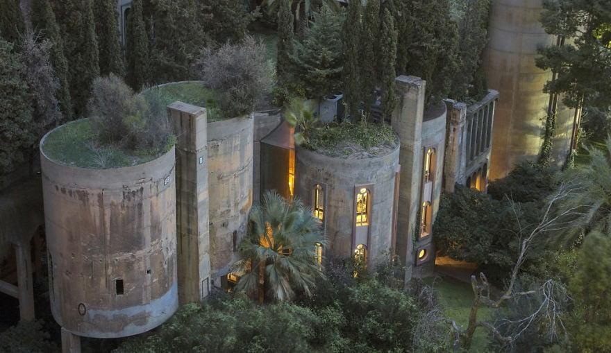 1973'te İspanyol mimar Ricardo Bofill, Barselona yakınlarındaki ve bir dönem çimento fabrikası olan yapıyı satın aldı