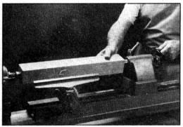Con la contrapunta correctamente asegurada, haga girar el manubrio para que de esta madera avance el pisón de la contrapunta, con objeto de que introduzca la punta de taza en el trabajo