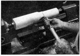 Empleando una gubia, comience a cortar a unos cuantos centímetros del extremo. Corte hacia el extremo y en dirección opuesta. Seguidamente, repita este mismo procecimiento en el otro lado