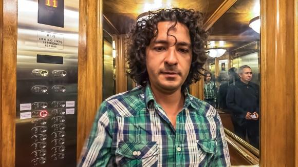 El fotógrafo Mario Carvajal en el elevador del Hotel Tequendama