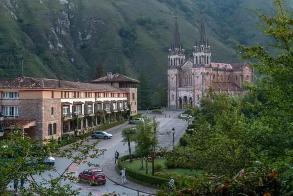 Calle principal del Santuario de Covadonga
