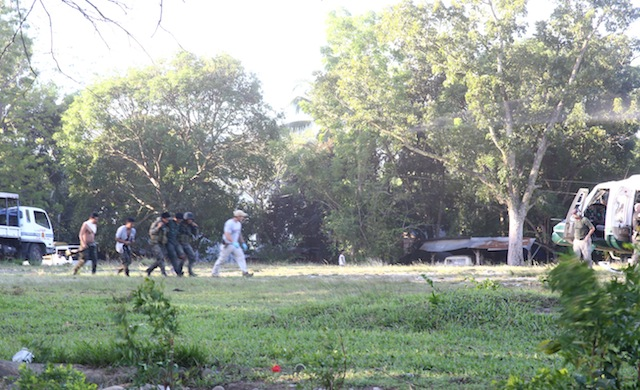 Two US soldiers in civilian clothes assist in the evacuation of a wounded SAF personnel from the PNP provincial office in Shariff Aguak Maguindanao, to the Army's 6th Infantry Division camp in Datu Odin Sinsuat, Maguindanao. MindaNews photo by Ferdinandh B. Cabrera