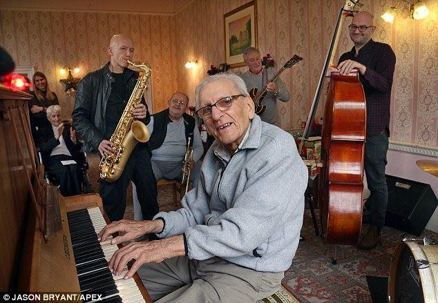 Risultati immagini per anziano al pianoforte
