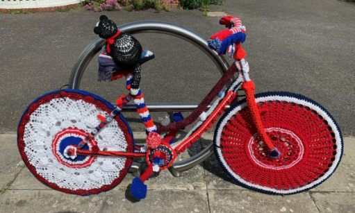 Yarnbomb Sisters - knitted bicycle in Red, White and Blue.