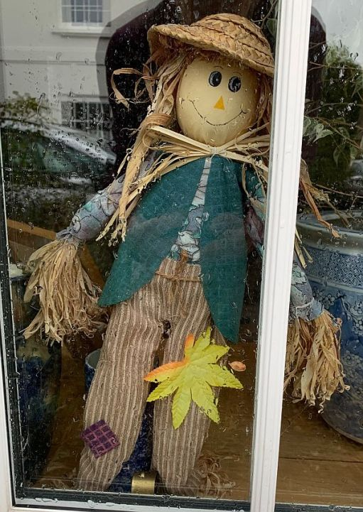 Plus Heidi. Our autumn window guardian from Austria. Made of straw. Brittle.