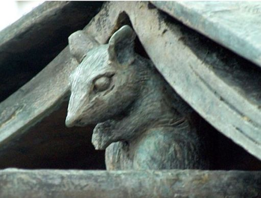 The statue has a mouse too, but hidden from view during those last days at the station.