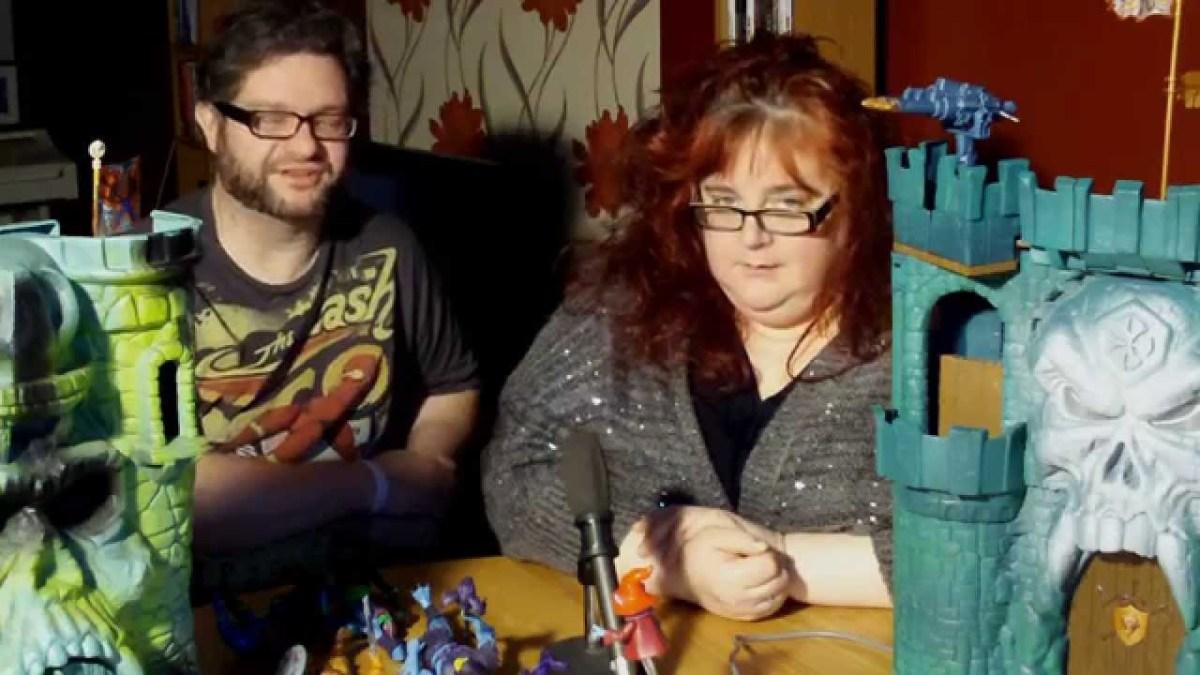 Ein Nerd versucht seiner Freundin zu erklären, warum Nerd-Dinge cool sind