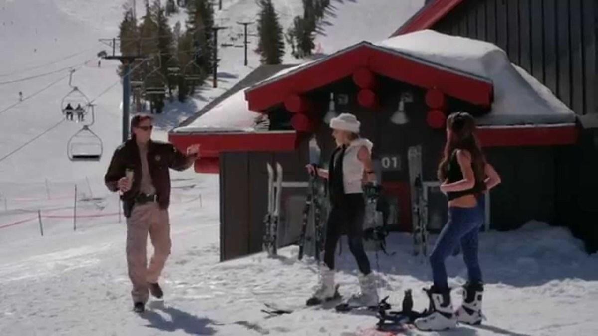 """Im Trailer zu """"Avalanche Sharks"""" attackieren Haie über Schnee"""
