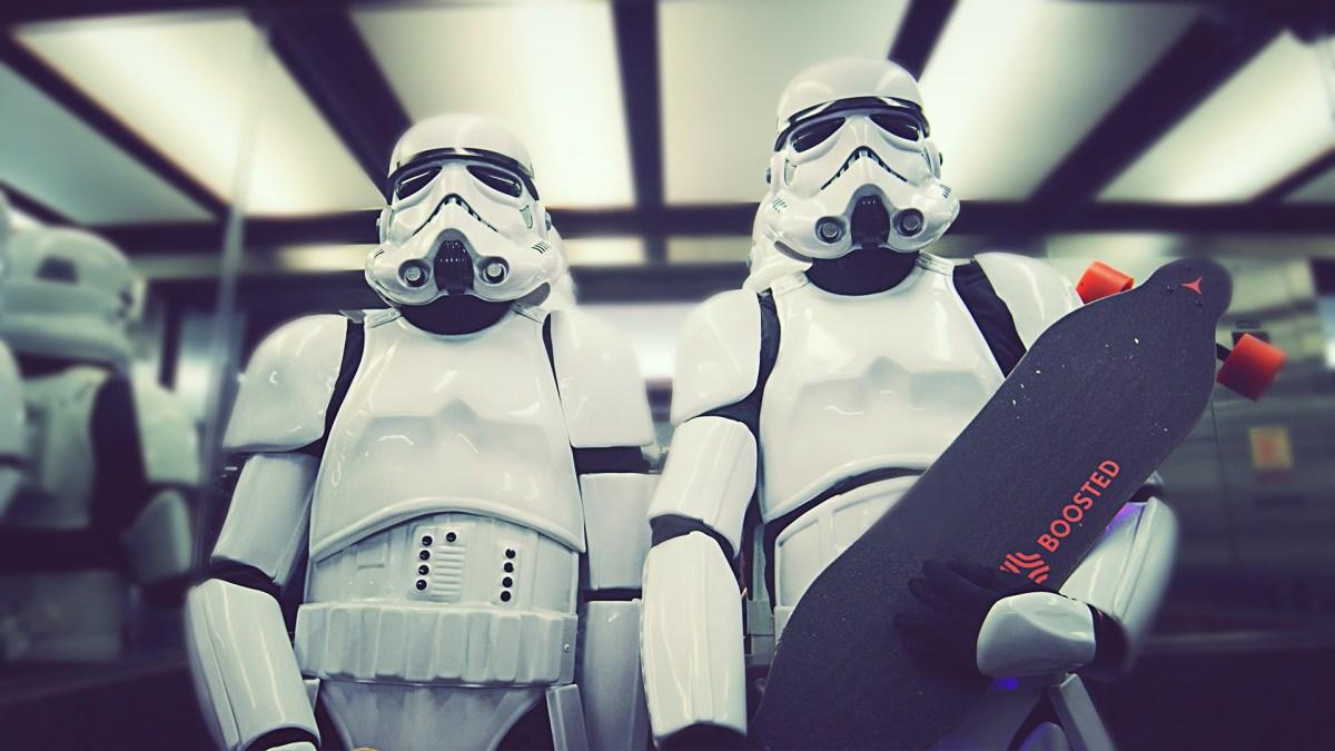 Zwei Stormtrooper liefern sich ein Rennen mit Elektro Longboards