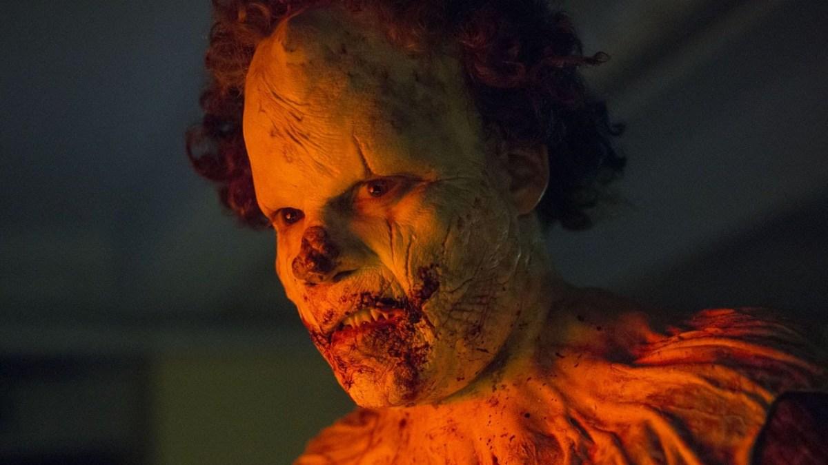 """Im Trailer zu """"Clown"""" verwandelt sich ein Typ in einen, nun ja, Clown! Es ist ein Horrorfilm!"""