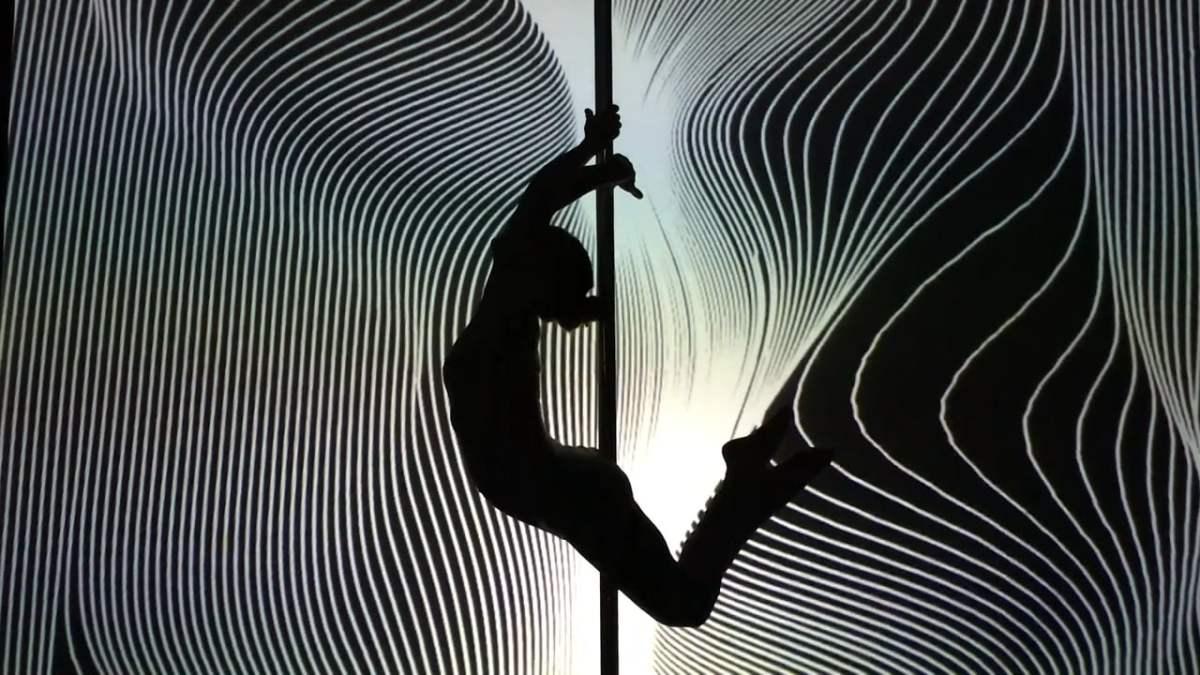 """""""U-Machine – Gene?se"""" zeigt uns einen Pole Dancer vor einer interaktiven, geometrische Formen zeigenden Wand"""