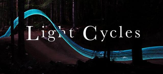 Mountainbikes mit LEDs im Hinterrad wirken wie TRON Light Cycles